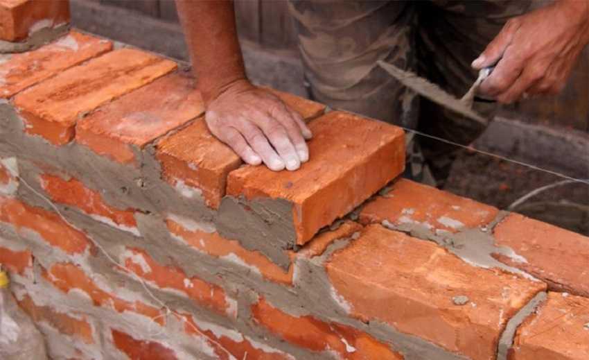 Утепление кирпичных стен снаружи во время кладки