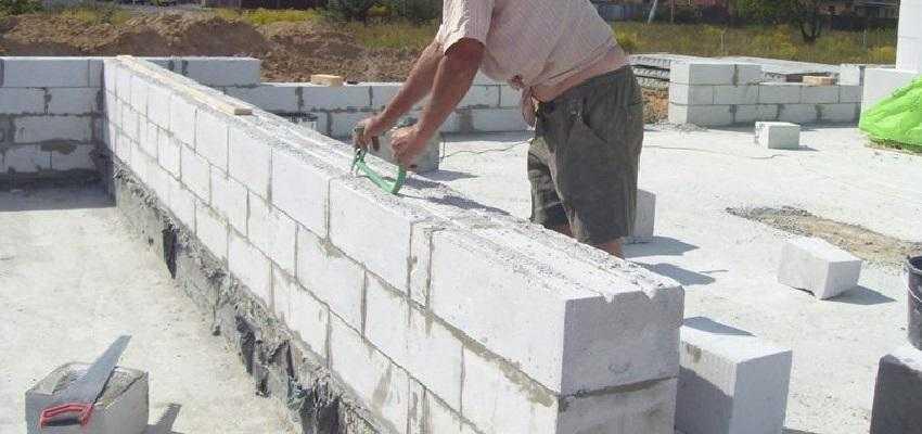 Процесс кладки стеновых блоков