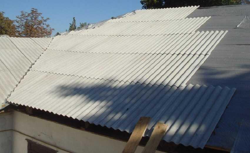 Правила укладки шифера на крышу