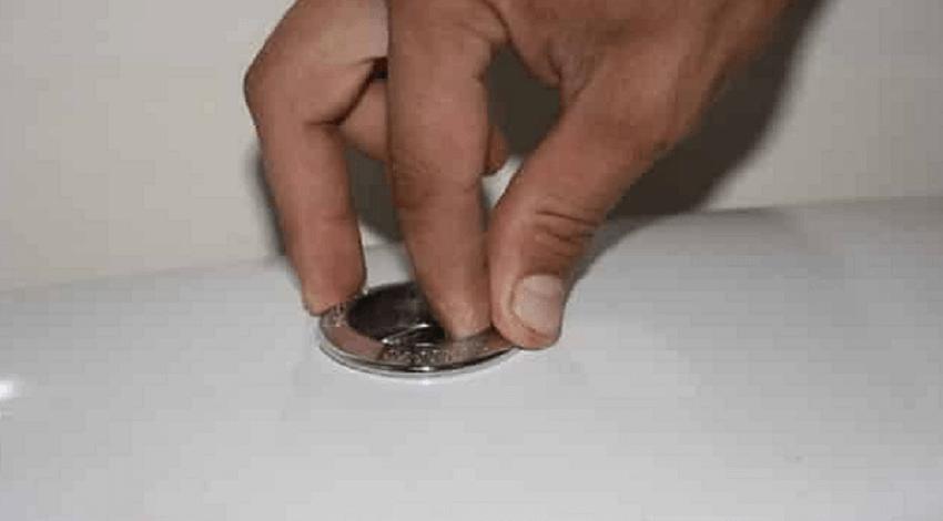 Демонтаж запорного кольца кнопки слива унитаза