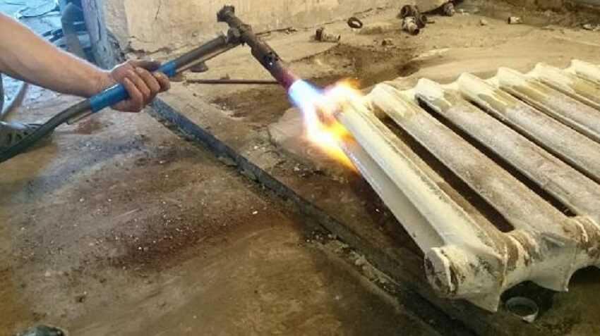 Нагреть место соединения секций чугунного радиатора отопления