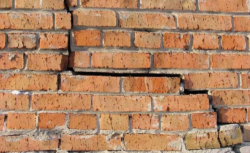 Трещины в стене кирпичного дома