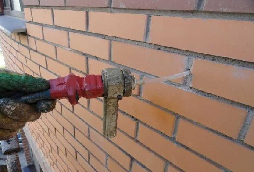 Трещины в стене кирпичного дома - Введение цементного раствора в стену