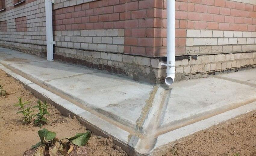 Заливка бетонной отмостки вокруг дома