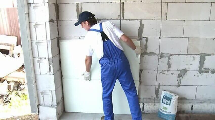 Как утеплить стены изнутри в частном доме ‒ Фиксация пенопласта на клей