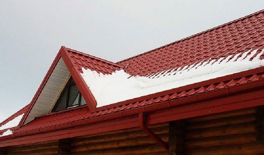 Снег лежит и не скатывается с крыши