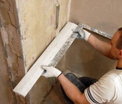 Как выровнять углы стен при помощи доски