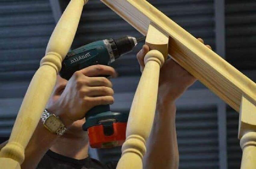 Изготовление деревянной лестницы ‒ Крепление балясин с перилами