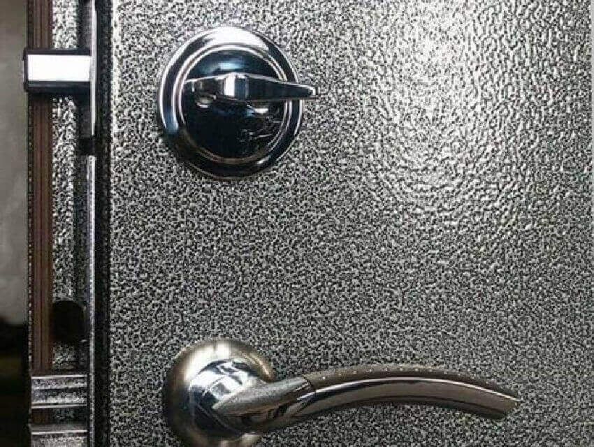 Входная металлическая дверь в деревянном доме: Молотковая краска двери