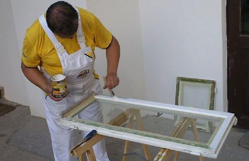 Нанесение краски на отремонтированное окно