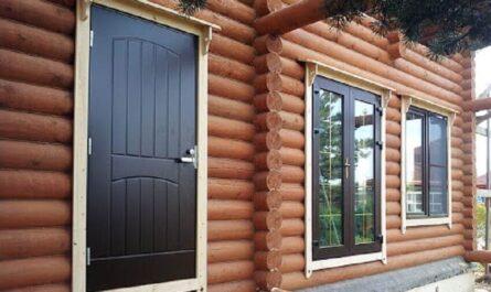 Входная металлическая дверь в деревянном доме