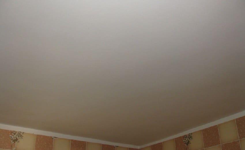 Покраска потолка ‒ Идеально белый потолок своими руками