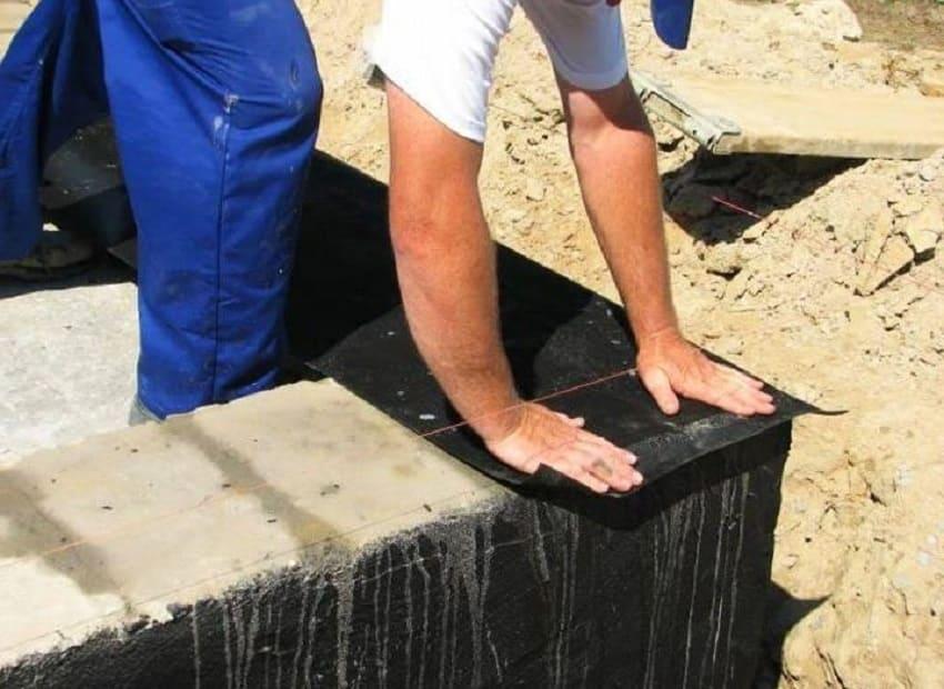 Эффективные способы гидроизоляции фундаментов ‒ Укладка рубероида на ленточное основание